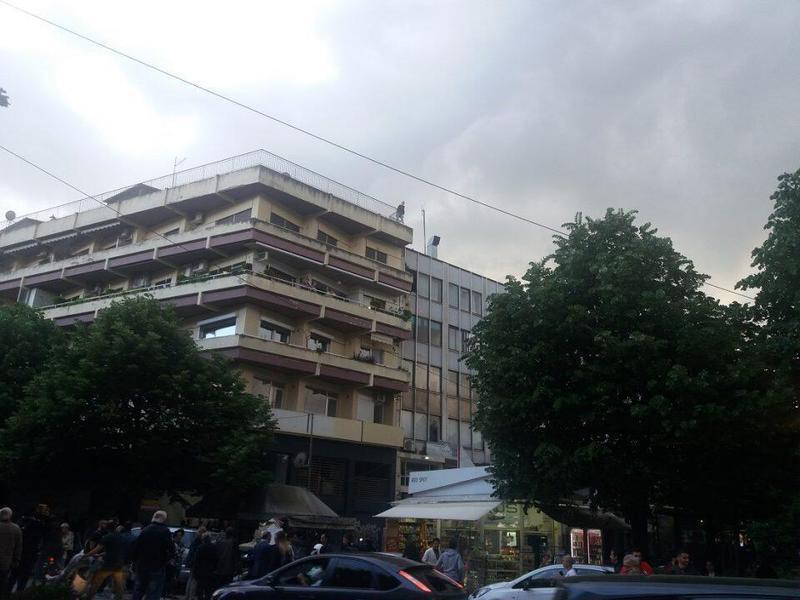 Γιάννενα: Αίσιο τέλος στο θρίλερ με γυναίκα που απειλούσε να πέσει από την ταράτσα πολυκατοικίας