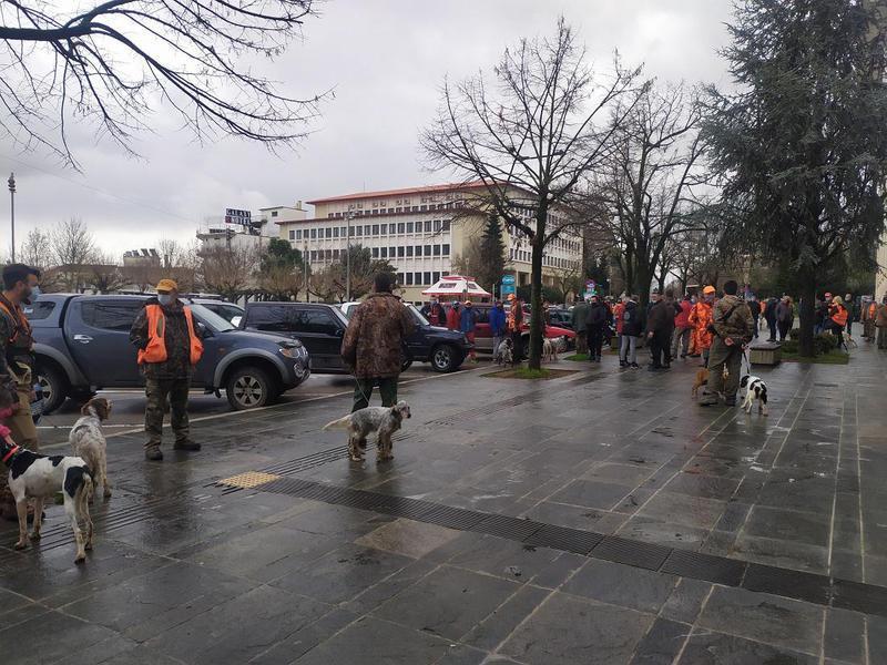 Βγήκαν στην πλατεία με τα κυνηγόσκυλα