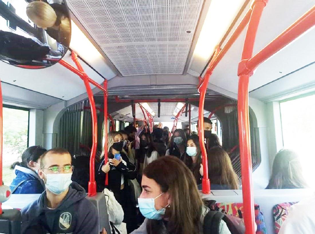 Παραμένει θέμα ο συνωστισμός σε αίθουσες και λεωφορεία